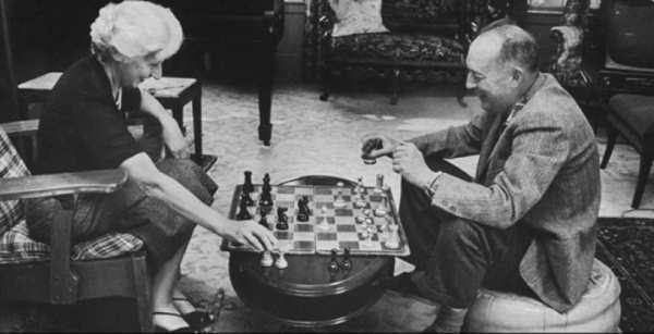 набоков с женой играют в шахматы